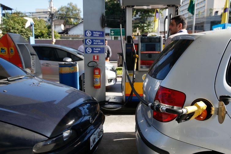 Posto de combustIvel, em São Cristóvão, na zona norte da cidade, recebe gasolina e volta a abastecer,  gerando enormes filas de carros e motos.