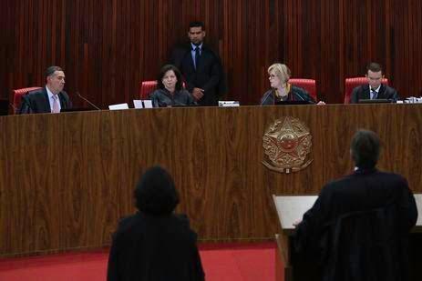 O Tribunal Superior Eleitoral (TSE) realiza sessão extra onde pode julgar o pedido de registro de candidatura do ex-presidente Luiz Inácio Lula da Silva para a presidência da República nas eleições de outubro.