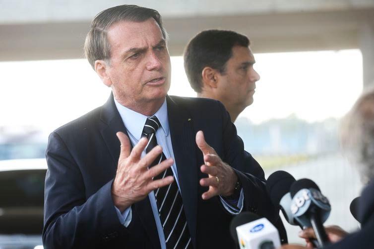 O presidente Jair Bolsonaro, cumprimenta populares,e fala à imprensa no Palácio da Alvorada.